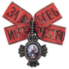 Алмазный фонд России. Знак ордена носили на банте с девизом «За Любовь и Отечество», закрепленным на красной муаровой ленте с серебряной каймою.