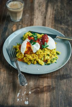 Brown Basmati Kedgeree with Poached Eggs - brown basmati rice and turmeric for an extra dose of healthy deliciousness - and luscious smoked snapper, then it is topped with perfectly poached eggs and plenty of freshly chopped parsley. Brunch Recipes, Gourmet Recipes, Cooking Recipes, Recipes Using Egg, Food Plus, Seasonal Food, Good Enough To Eat, Chia Pudding, Indian Dishes