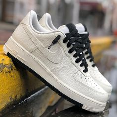The post Schwarz oder rot? appeared first on beste Schuhe. Sneakers Fashion, Sneakers Nike, Fashion Shoes, Fashion Outfits, Cute Nike Shoes, Popular Sneakers, Fresh Shoes, Nike Air Force Ones, Sneaker Brands