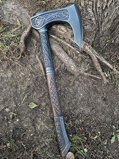 Viking Shield, Viking Axe, Swords And Daggers, Knives And Swords, Fantasy Armor, Fantasy Weapons, Alfabeto Viking, Space Opera, Hand Axe