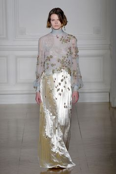 See all the Collection photos from Valentino Spring/Summer 2017 Couture now on British Vogue Couture Week, Style Haute Couture, Spring Couture, Couture Fashion, Valentino Couture, Valentino 2017, Valentino Gowns, Foto Fashion, Fashion 2017
