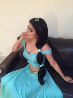 Creat your own Jasmine Costume ☆ Aladdin princess costume for girls & women ✓ For birthday & Halloween ✓ Find images & matching accessories here! Princess Jasmine Halloween Costume, Princess Jasmine Makeup, Princess Jasmine Cosplay, Aladdin Costume, Diy Jasmine Makeup, Disney Jasmine, Mouni Roy Dresses, Glamour, Halloween Disfraces