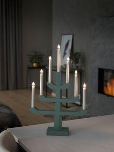 Vakker adventsstake i treverk grei størrelse i fra Konstsmide. Staken er lakkert i en nydelig mintgrønn farge og har 7 hvite stavlamper fordelt over fire etasjer.