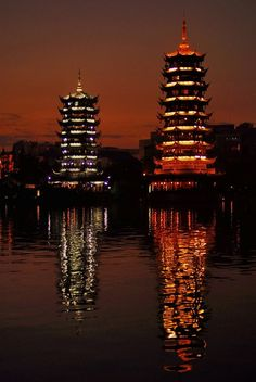 Chine - Towers of the Sun and the Moon, Guilin