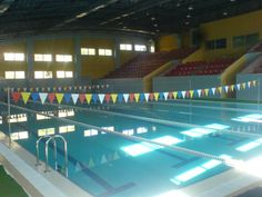 İstanbul Gençlik ve Spor İl Müdürlüğü Kartal Yakacık yüzme havuzu yarı olimpik standartlarındadır. 12,5 metre en ve 25 metre boy. 5 kulvarın yer aldığı Yakacık Yüzme havuzunda, yüzme kurslarını izleyebildiğiniz 550 seyirci kapasiteli bir tribün de yer almaktadır. Aynı zamanda tesiste ücretsiz otoparkta mevcuttur. Ozonlu sistemle temizliği sağlanan havuz suyunun PH değerleri periyodik olarak yapılmaktadır.