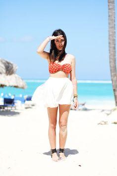 PRAIA: saia branca + biquini vermelho