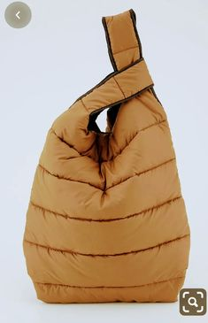 Briefcase Women, Diy Sac, Parisienne Chic, Diy Handbag, Knitwear Fashion, Fabric Bags, Quilted Bag, Sewing Accessories, Market Bag