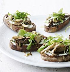Bruschetta med svampe er en nem forret med stor smag og italiensk charme. Find den gode bruschetta-opskrift her!