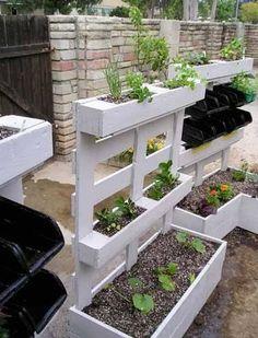 Qui ne rêve pas de faire un potager pour cultiver ses tomates et salades dès le printemps ? Dans le jardin, sur la terrasse ou le balcon, un carré potager au sol ou suspendu trouve toujours sa place. Dautant quavec des astuces et de la récup, faire un potager devient facile !Rédigé le 12/02/
