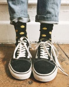 High cuffs, fun socks and a pair of beloved Vans. Source by vans Estilo Indie, Estilo Grunge, 1990 Style, Vans Outfit, Vans Old Skool Outfit, Vans Shoes Old Skool, Vans Shoes Women, Fashion Magazin, Old Skool Black