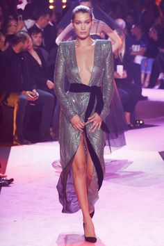 See the complete Alexandre Vauthier Fall 2017 Couture collection.