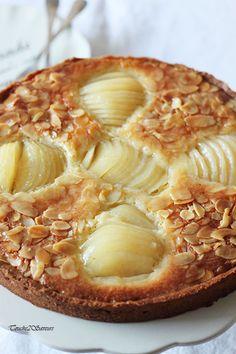 Une tarte composée d'une pâte finement croustillante, d'une crème d'amande et de poires délicieusement fondantes...un vrai régal pour tous les amoureux de la poire et de l'amande ! J'ai rajouté quelques gouttes d'extrait d'amande amère pour accentuer...