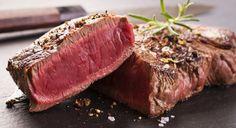 Steak może być krwisty, pół-krwisty lub wysmażony. Poziom wysmażenia możesz sprawdzić tzw. metodą trzech palców. Wysmażony steak powinien być tak twardy jak miejsce, w którym kciuk łączy się z palcem wskazującym. Zetknij ze sobą oba palce i sprawdź. Przy steaku pół-krwistym zetknij ze sobą kciuk i palec środkowy, sprawdź twardość w tym samym miejscu. Gdy zetkniesz palec serdeczny z kciukiem, będziesz mógł sprawdzić twardość steaku mało krwistego lub termometrem ze skalą steakową.