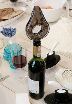 Śniadanie z Przedmiotem w Qchnia Artystyczna - nalewak do wina z napowietrzaczem od Vacu Vin, maselniczka Ship Shape od Alessi, krajacz do jajek Giovanni od Koziol - dostępne na Fabrykaform.pl