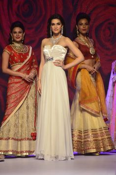 Kriti Sanon @ IIJW 2014 Day 3 for Mahabir Jewellers