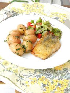Süllő Molnárné módra, friss salátával Fish Recipes, Favorite Recipes, Desk, Dishes, Chicken, Food, Writing Table, Plate, Writing Desk
