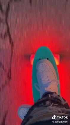 Beginner Skateboard, Skateboard Videos, Skateboard Deck Art, Penny Skateboard, Skateboard Design, Skateboard Girl, Rollers, Longboard Design, Images Esthétiques