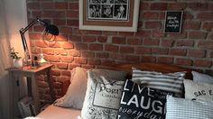 Zajímavým rysem ložnice je přiznané cihlové zdivo za postelí.