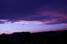 love this deep moody sky Pretty Sky, Beautiful Sky, Lilac Sky, Look At The Sky, Night Vale, Purple Aesthetic, Sky Aesthetic, We Are The World, Pretty Pictures