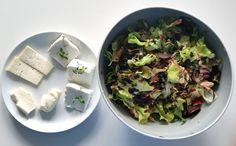 pranzo leggero: insalata Lollo rossa, ravanelli con foglie, cipollotti di tropea, tonno, semi di zucca & degustazione di formaggi di capra (ricotta, formaggio fresco e semi stagionato) con origano fresco.  tutto comprato al mercatino sul fiume Savio. tutto a km 0! #pranzo #lunch #foodie #insalata #lollo #cipollotto #tropea #tonno #ricotta #semidizucca #ravanelli