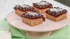 Kokosblondies med chokladganache | Recept från Köket.se Swedish Cookies, Danish Dessert, Food Cakes, Blondies, Tart, Nom Nom, Cake Recipes, French Toast, Breakfast
