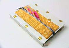 Sweet and practical: sewing pencil case for notebook - Diy & Crafts World Diy Pencil Case, Leather Pencil Case, Pencil Pouch, Craft Tutorials, Sewing Tutorials, Sewing Projects, Sewing Ideas, Diy Cutting Board, Diy Notebook