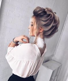 5 Easy But Gorgeous Christmas Hairstyles To Look Interesting - Something less exertion more advantage is hanging tight for you. That implies you will get some Gor - Braided Hairstyles, Cool Hairstyles, Gorgeous Hairstyles, Perfect Hairstyle, Braided Updo, Curly Hair Styles, Natural Hair Styles, Graduation Hairstyles, Pinterest Hair