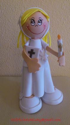 Fofucha pequeña Niña de Primera Comunión rubia-lateral/Small fofucha doll dressed on First Comunion blond hair
