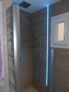 Iluminación integrada en ducha de obra mediante perfiles de aluminio con tiras de led RGB aptas para zonas húmedas. Permite disponer de iluminación decorativa en la ducha con funciones de cromoterapia. www.muchosleds.com