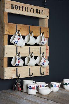 De trend van het moment: Do It Yourself! Doe inspiratie op, wees creatief en ga zelf aan de slag! Wij scoorden een pallet, schroefden daar stoere haken op en tamponeerden een passende tekst. Een creatief DIY idee om met je Boerenbont bekers te pronken! Scaffolding Wood, Espresso Bar, Wine Rack, Recycling, Pottery, Homemade, Wees, Objects, Tableware