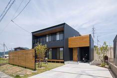 ネオブラックのガルバリウムに調和する、レッドシダーの板塀とシンボルツリー。1Fと2Fの窓をそろえることで意匠性がぐんとアップ! #ルポハウス #設計士とつくる家 #注文住宅 #デザインハウス #自由設計 #マイホーム #家づくり #施工事例 #滋賀 #おしゃれ #外観 #ガルバリウム #バイクガレージ Asian Architecture, Interior Architecture, Japan House Design, Japanese Style House, Grey Houses, Pretty Room, Random House, California Style, Florida Home