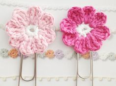 Crochet Flower Bookmark A crochet pattern of a flower that can be used with a giant paperclip as a cute bookmark. Marque-pages Au Crochet, Crochet Patron, Crochet Amigurumi, Crochet Books, Love Crochet, Crochet Gifts, Single Crochet, Crochet Stars, Crochet Garland