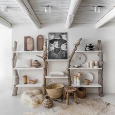 We love to bring nature in our home. We use driftwood to make a bookcase. Such a cabinet is also perfect for your treasures. And we have a lot of treasures 😃 styling photography Massage Room Decor, Decor Interior Design, Interior Decorating, Salons Cosy, Multipurpose Room, Sell Your House Fast, Wood Display, Wood Interiors, Wood Shelves