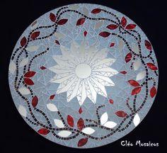 Mandala para Decoração de Paredes Trabalho em Mosaico de Vidro e Espelhos. Base em MDF. Obs.: Produto para uso em Ambiente Interno. Não expor ao calor e á umidade.