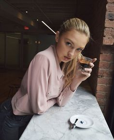Picture of Romee Strijd Hollywood Cinema, Hollywood Actor, Coffee Girl, Elsa Hosk, Model Look, Portrait Poses, New Instagram, Simple Outfits, Woman Crush