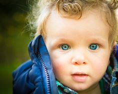 Nice matching of the eyes with the jacket. - kinder-lifestyle fotografie - children lifestyle photography - via http://www.7dwarfs.nl