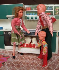 Arguing over who should empty the dishwasher Vintage Dollhouse, Dollhouse Dolls, Miniature Dolls, Vintage Dolls, Dollhouse Miniatures, 2. November, Doll House People, Dollhouse Family, Childhood Friends