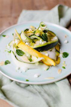Zucchinisalat mit Schafskäse, Mandeln und Minze -  zucchini salad with sheeps cheese, almonds and mint by Coconut & Vanilla