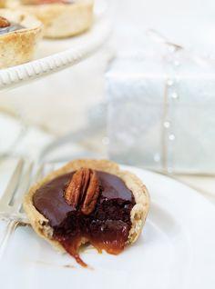 Ricardo& recipe : Caramel and Chocolate Tartlets Caramel, Ricardo Recipe, Cheesecake Tarts, Xmas Dinner, Christmas Baking, Christmas Recipes, Baked Goods, Sweet Recipes, Sweet Tooth