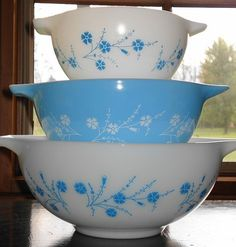 Vintage Blue Dianthus Pyrex Cinderella Bowl Set In A Rare Pattern. Some think these were a promotional set. Vintage Pyrex Dishes, Antique Dishes, Vintage Kitchenware, Vintage Bowls, Vintage Glassware, Rare Pyrex, Kitsch, Tapas, Pyrex Bowls