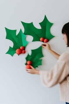 DIY: a Christmas paper wall decor Diy Xmas, Christmas Crafts For Kids To Make, Felt Christmas Decorations, Christmas Paper, Xmas Crafts, Diy Christmas Gifts, Handmade Christmas, Christmas Ornaments, Christmas Ideas