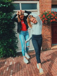 hi this is my pic!) tap 'visit' to visit my insta♥ Best Friend Pictures, Bff Pictures, Friend Photos, Cute Photos, My Pics, Squad Pictures, Insta Pictures, Best Friend Fotos, Insta Photo Ideas