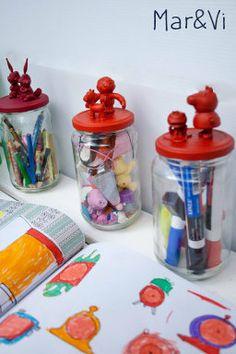 Botes de cristal decorados con juguetes reciclados