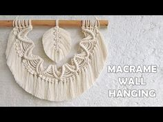 Tenture murale en macramé avec plume - YouTube 3 Strand Twist, Macrame Tutorial, Macrame Knots, Deco, Feather, Crafty, Wall, Pattern, Dream Catchers
