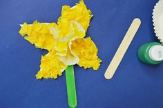 This simple daffodil craft for kids is certainly going to brighten up your home or classroom this Spring. I love making flowers with kids as each flower is unique in nature and I love seeing the flowers that children make. Valentine's Day Crafts For Kids, Craft Projects For Kids, Mothers Day Crafts, Valentine Day Crafts, Easter Crafts, Art For Kids, Art Projects, Projects To Try, Daffodil Craft