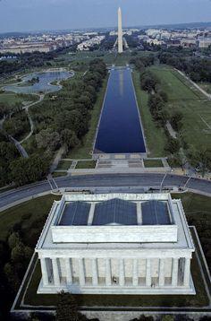 Wil je zoveel mogelijk #monumenten en #musea bekijken? Loop dan vooral langs The #National #Mall: het pad in de natuur dat helemaal tot het Lincoln Memorial bekleed is met schatten en musea. #Washington #citytrip