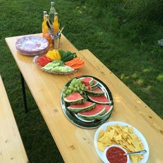 #kivanta #lunch #picknick  #backyardpicknick #veggieplatter #melon #fritzkola #lemonade #summerbreak #familytime  We celebrate the first week of summerbreak - in our backyard  . You don't Need much variety to make Kids happy.  The bench and the tortilla chips are a winner