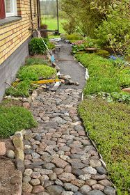 35 Dazzling Tactics For Backyard Walkway, Concrete Walkway, Outdoor Landscaping, Outdoor Gardens, Garden Stones, Garden Paths, Rock Pathway, Landscape Edging, Small Garden Design