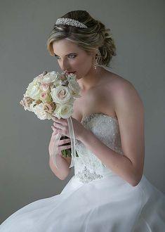 #Bride #PrettyBride #wedding #weddingday #stuartdodsphotography #bouquet Wedding Day, Bouquet, Wedding Photography, Bride, Wedding Dresses, Pretty, Fashion, Pi Day Wedding, Wedding Bride