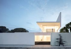 World Architecture Community News - Fran Silvestre Arquitectos completes Hofmann House with extruded roof in Valencia Villa Design, House Design, Design Design, Residential Architecture, Interior Architecture, Interior Design, Farnsworth House, Journal Du Design, Box Houses